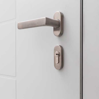 Dettaglio maniglia modello Verona portoncino in Alluminio Kopen | DF Serramenti